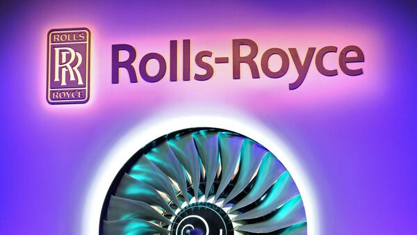 Singapore Prime Minister Lee Hsien Loong (3rd R) and Simon Robertson (3rd L), chairman of Rolls-Royce, officiate the opening of a Rolls-Royce manufacturing and training facility in Singapore on February 13, 2012. - Sputnik Mundo