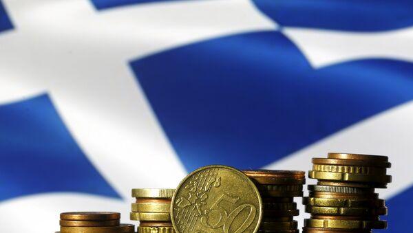 Monedas del euro y la bandera de Grecia - Sputnik Mundo