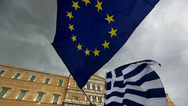 Banderas de la UE y Grecia - Sputnik Mundo