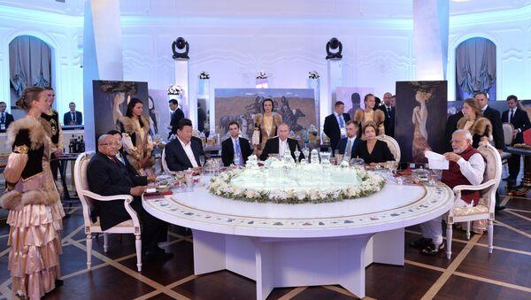 Los lìderos de los paises miembros del summit BRICS durante un almuerzo informal - Sputnik Mundo
