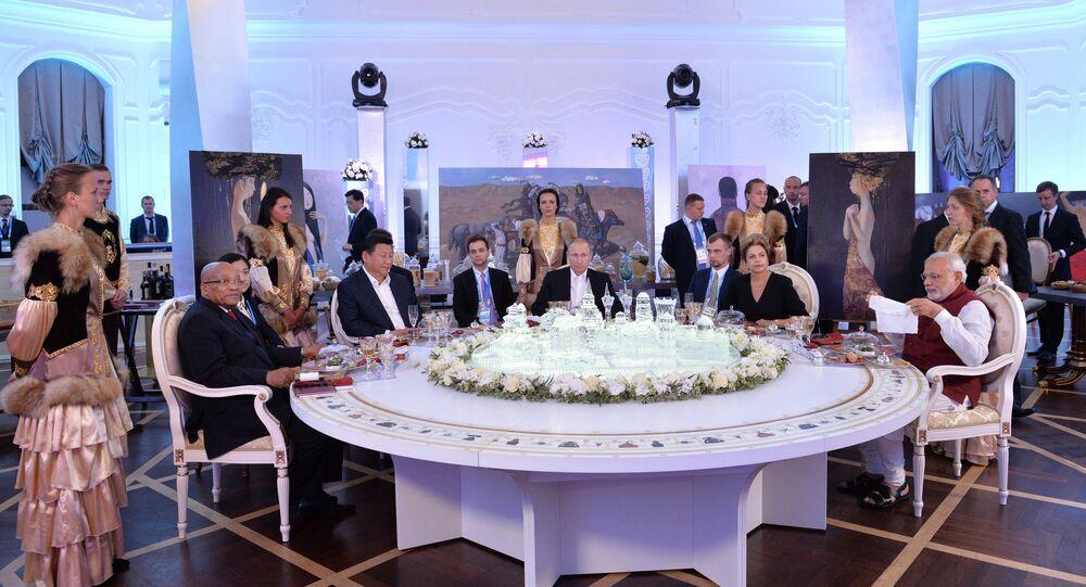 Los lìderos de los paises miembros del summit BRICS durante un almuerzo informal
