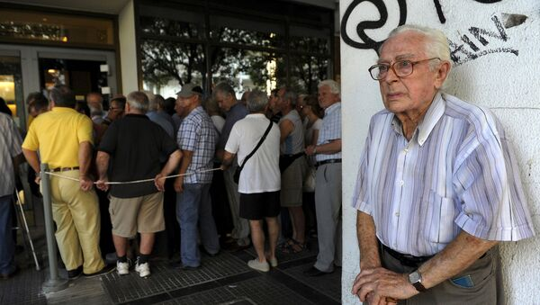 Anciano cerca del Banco Nacional de Grecia donde la gente hace cola para recibir sus pensiones - Sputnik Mundo