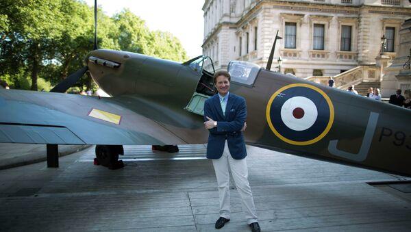 Filántropo Thomas Kaplan al lado del avión Supermarine Spitfire - Sputnik Mundo