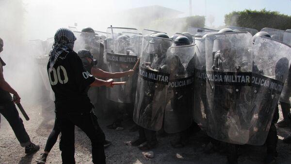 Protestantes se pelean con la policía militar en Iguala, México, el 12 de enero, 2015 - Sputnik Mundo