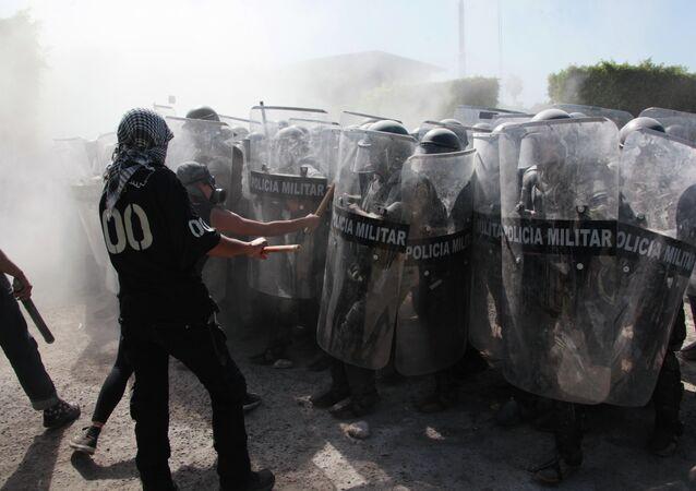 Protestantes se pelean con la policía militar en Iguala, México, el 12 de enero, 2015