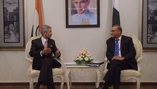 Subrahmanyam Jaishankar, secretario de Asuntos Exteriores de la India, y Auzaz Ahmad Chaudhry, secretario de Asuntos Exteriores de Pakistán (Archivo) - Sputnik Mundo