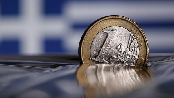 Moneda de un euro semihundida - Sputnik Mundo