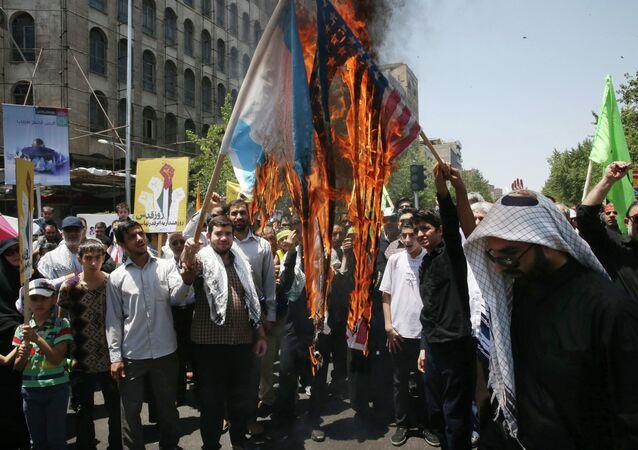 Manifistantes iraníes queman banderas de EEUU y Israel