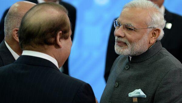 Primer ministro de Pakistán, Muhammad Nawaz Sharif, y su homólogo indio,Narendra Modi, en Ufá - Sputnik Mundo