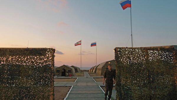 Banderas de Rusia y Líbano en campamento militar ruso - Sputnik Mundo