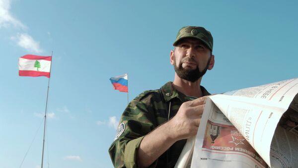 Soldado ruso al lado de banderas de Rusia y Líbano - Sputnik Mundo