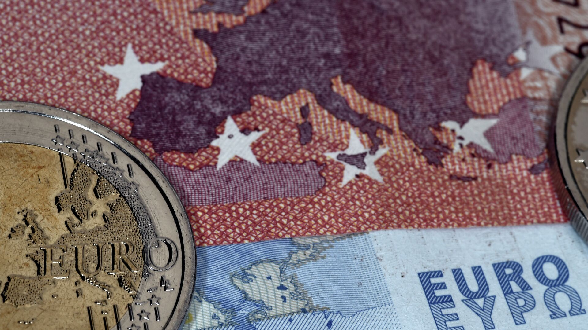 This photo taken in Athens on July 11, 2015 the map of Europe represented on a euro coin and banknotes - Sputnik Mundo, 1920, 13.07.2021