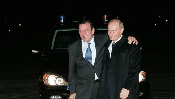 Excanciller de Alemania,  Gerhard Schröder, y presidente de Rusia, Vladímir Putin (archivo) - Sputnik Mundo
