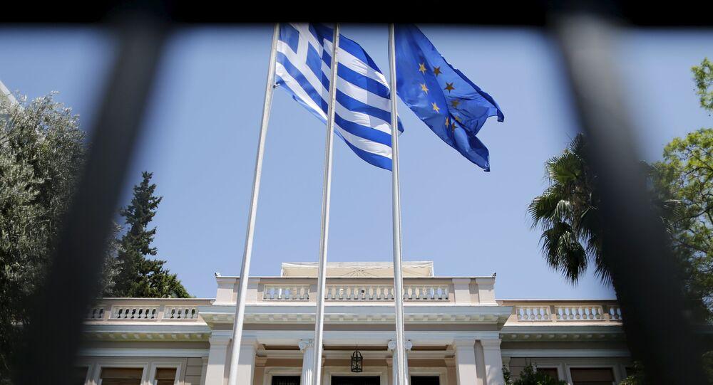 Las banderas de Grecia y de UE en Atenas, Grecia (archivo)