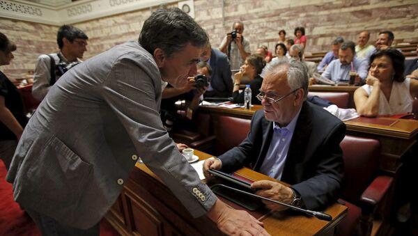Euclides Tsakalotos, ministro de Finanzas de Grecia, y Yannis Dragasakis, primer viceministro de Grecia, durante la sesión del partido Syriza en el parlamento en Atenas, Grecia, el 10 de julio, 2015 - Sputnik Mundo