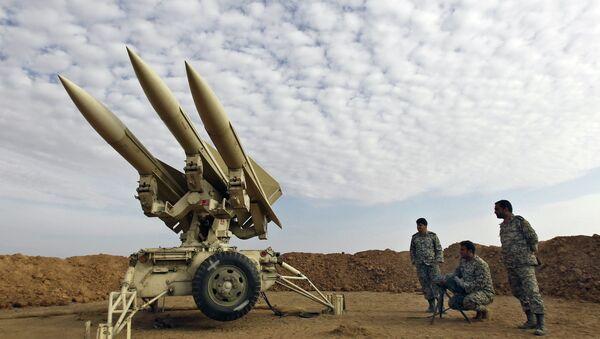 Miembros del ejército de Irán preparan misiles para el lanzamiento (Archivo) - Sputnik Mundo