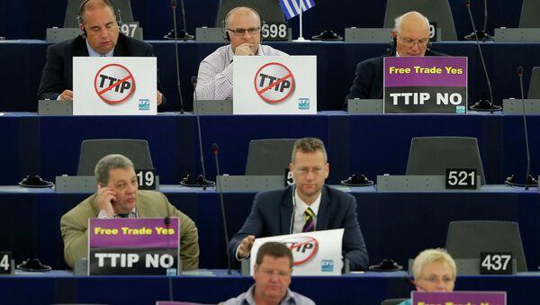 Miembros del Parlamento Europeo estan en contra del TTIP, Estrasburgo, Francia, el 7 de julio, 2015 - Sputnik Mundo
