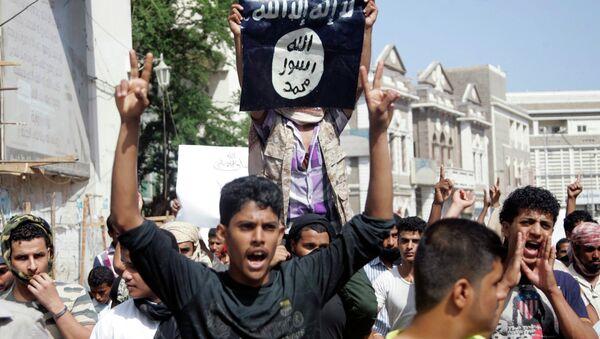 Protestante con la bandera del Estado Islámico - Sputnik Mundo