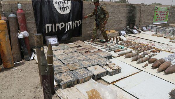 Bandera de Estado Islámico y armas confiscadas durante operaciones militares en Irak, el 10 de julio, 2015 - Sputnik Mundo