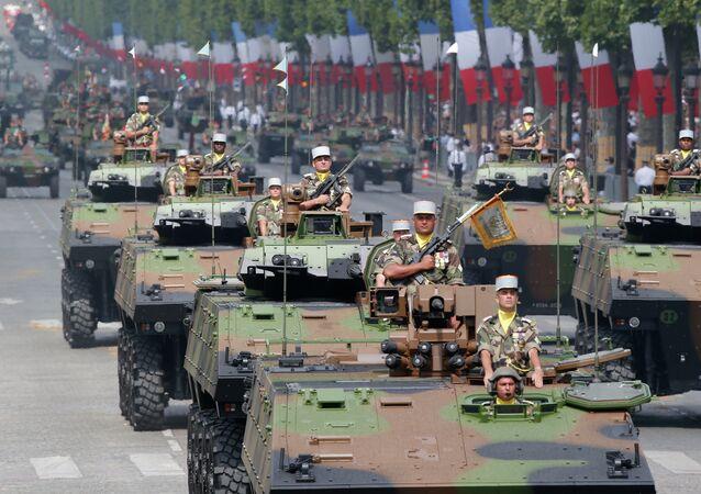 Desfile militar por el Día de la Toma de la Bastilla
