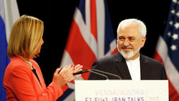 Federica Mogherini (izda.) y ministro de Asuntos Exteriores de Irán, Mohamad Yavad Zarif - Sputnik Mundo