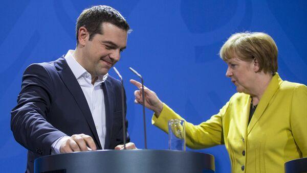 Primer ministro de Grecia, Alexis Tsipras y canciller de Alemania, Angela Merkel (Archivo) - Sputnik Mundo