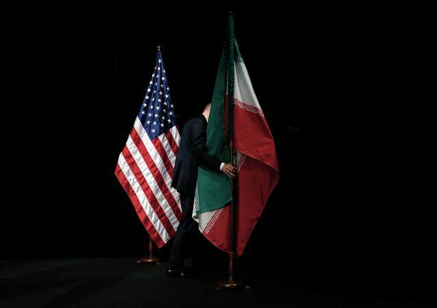 Banderas de EEUU e Irán