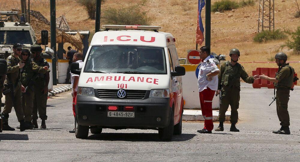 Soldados israelíes al lado de ambulancia palestina (archivo)