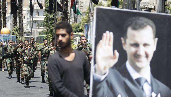 Bandera con el retrato de Bashar Asad, presidente de Siria - Sputnik Mundo