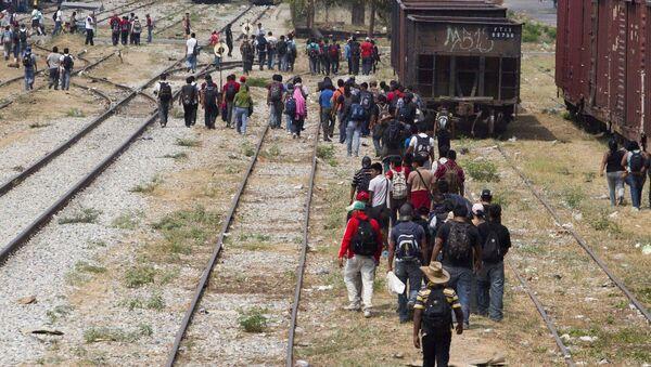 Inmigrantes en la frontera entre EEUU y México (archivo) - Sputnik Mundo