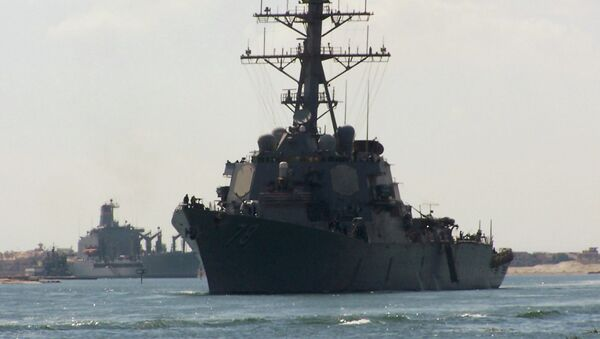 A picture taken on October 12, 2012 from the Egyptian port of Ismalia, 120 kilometers northeast of Cairo, shows US army destroyer USS Porter crossing the Suez Canal. - Sputnik Mundo
