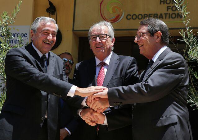 Líder de la comunidad turcochipriota, Mustafá Akinci (izda.), Jean-Claude Juncker y presidente de Chipre, Nikos Anastasiadis