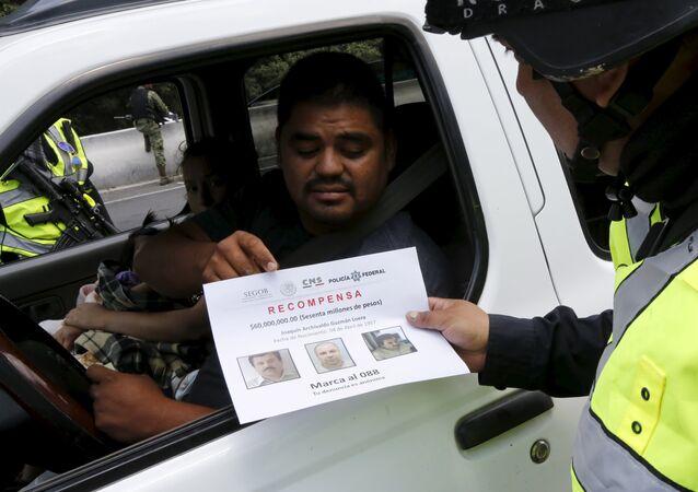 El folleto con fotos de Joaquín el Chapo Guzmán