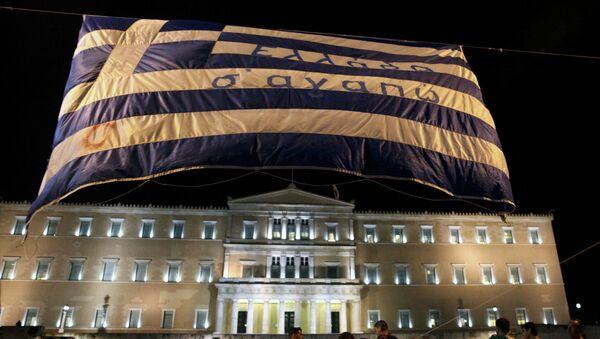 La bandera griega con la frase Te amo, Grecia frente a Parlamento de país - Sputnik Mundo