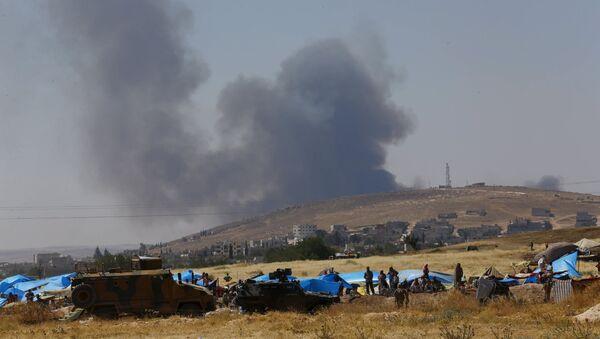 Los kurdos sirios esperan en tiendas de campaña detrás de la frontera con Turquía en Suruc, provincia de Sanliurfa, Turquía - Sputnik Mundo
