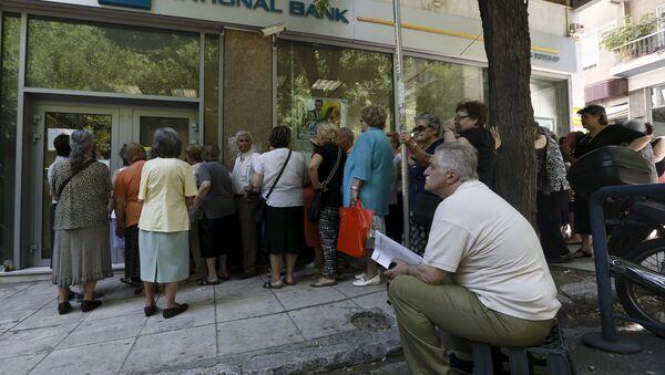 Сola frente a la entrada de sucursal de Banco Nacional en Atenas - Sputnik Mundo