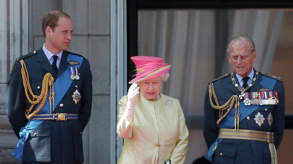 La reina del Reino Unido, Isabel II junto a su nieto, príncipe Guillermo y su marido, príncipe Felipe de Edimburgo - Sputnik Mundo
