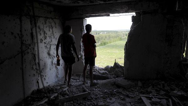 Destrucciones tras bombardeos en Donbás (Archivo) - Sputnik Mundo