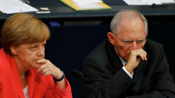 German Chancellor Angela Merkel and Finance Minister Wolfgang Schaeuble attend the session of Germany's parliament, the Bundestag, in Berlin, Germany, July 17, 2015 - Sputnik Mundo
