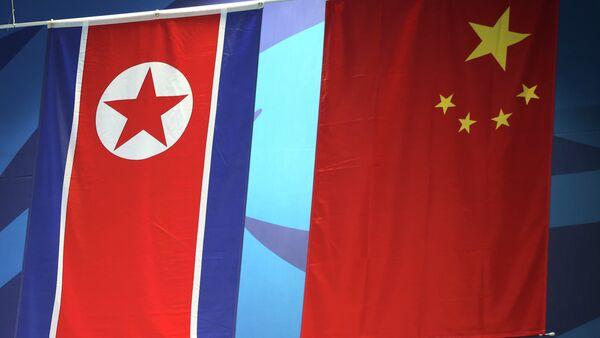 Banderas de Corea del Norte y China - Sputnik Mundo