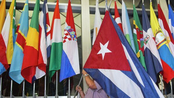 A workman at the US Department of State adds the Cuban flag - Sputnik Mundo