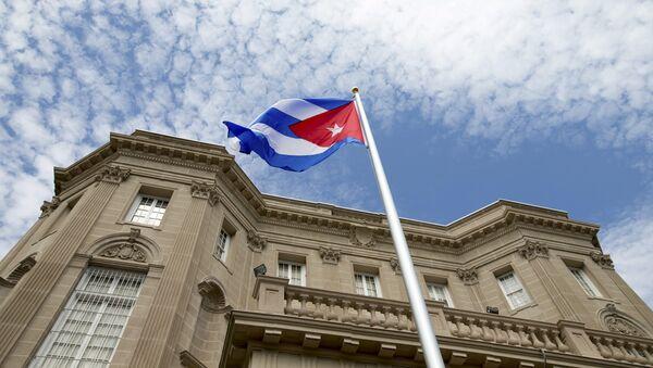 La bandera cubana sobre la embajada de Cuba en Washington (archivo) - Sputnik Mundo