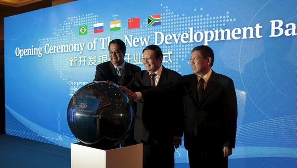 Presidente e Nuevo Banco de Desarollo, Kundapur Vaman Kamath, y ministro de Finanzas de China, Lou Jiwei, durante la ceremonia de apertura de NBD en Shanghái, China - Sputnik Mundo