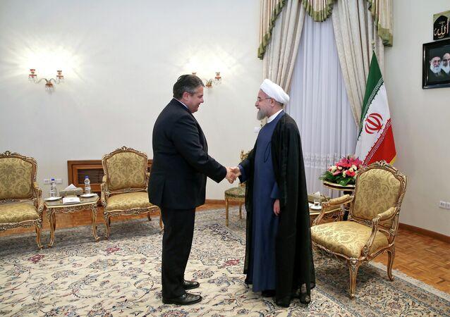 Ministro de Economía y Energía de Alemania Sigmar Gabriel (izda.) y presidente de Irán, Hasan Rohani