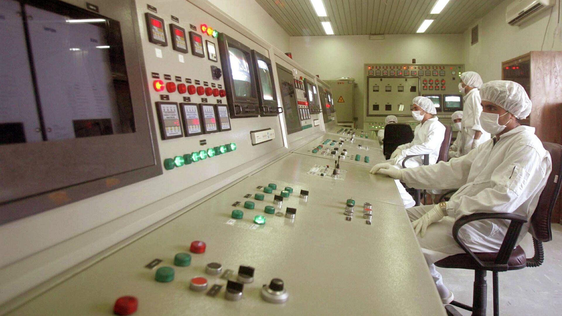 Técnicos de la Organización de Energía Atómica de Irán en la sala de control de la central nuclear de Isfahan (archivo) - Sputnik Mundo, 1920, 02.04.2021