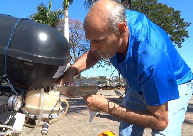 Un motociclista brasileño usa agua en vez del combustible