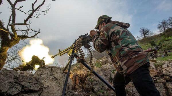 Soldado dispara durante la batalla con los yihadistas (Archivo) - Sputnik Mundo
