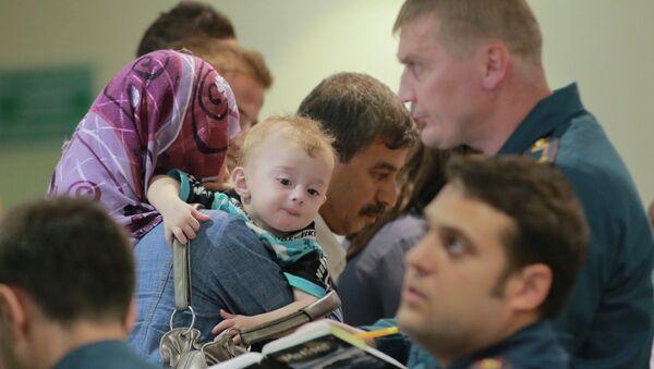 Personas evacuadas desde Siria en el aeropuerto de Domodédovo - Sputnik Mundo