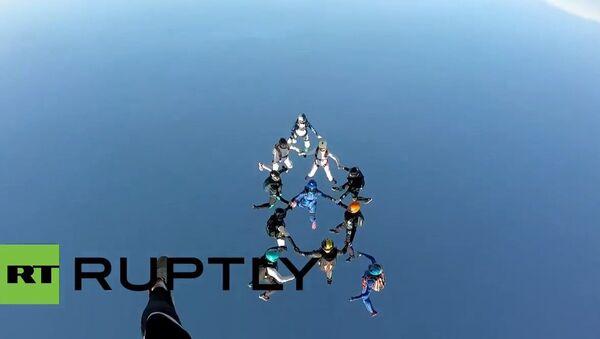 Nuevo récord de paracaidistas rusas - Sputnik Mundo