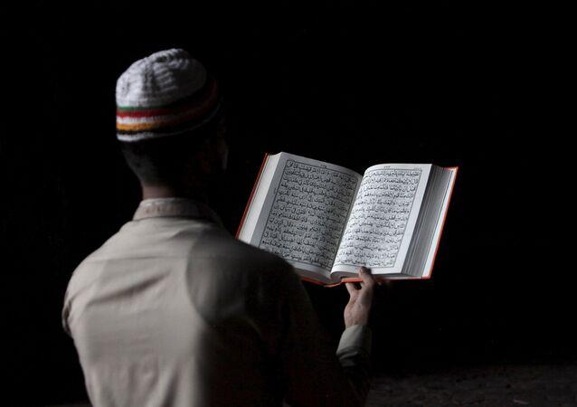 Hombre lee el Corán